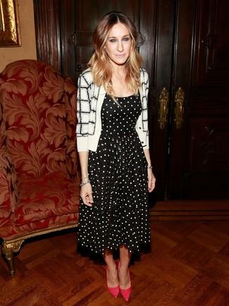 Как Sarah Jessica Parker носит Бело-черный кардиган в клетку, Черно-белое платье с пышной юбкой в горошек, Ярко-розовые замшевые туфли