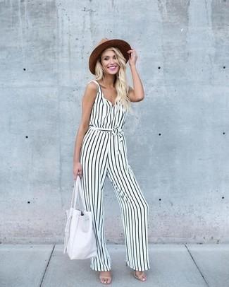 Женские луки: Если в одежде ты ценишь комфорт и функциональность, бело-черный комбинезон в вертикальную полоску — отличный выбор для модного наряда на каждый день. Вместе с этим образом чудесно будут смотреться бежевые кожаные босоножки на каблуке.