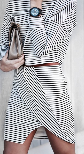 Как и с чем носить: бело-черный короткий свитер в горизонтальную полоску, бело-черная мини-юбка в горизонтальную полоску, золотой кожаный клатч, черные часы