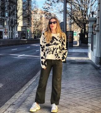 Как и с чем носить: бело-черный свитер с круглым вырезом c принтом тай-дай, оливковые джинсовые широкие брюки c принтом тай-дай, белые кроссовки, черные солнцезащитные очки