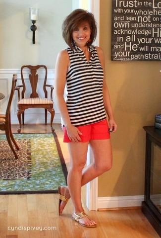 С чем носить темно-красные шорты женщине в жару в стиле кэжуал: Если ты приписываешь себя к той немногочисленной группе девушек, хорошо ориентирующихся в моде, тебе придется по душе тандем бело-черного топа без рукавов в горизонтальную полоску и темно-красных шорт. Подбирая обувь, можно немного пофантазировать и закончить наряд золотыми кожаными вьетнамками.