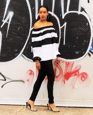 Как и с чем носить: бело-черный топ с открытыми плечами в горизонтальную полоску, черные джинсы скинни, золотые кожаные босоножки на каблуке, золотой браслет