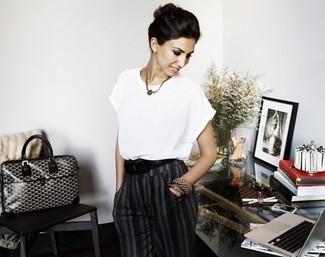 белый блуза с коротким рукавом темно серые классические брюки черно белая большая сумка черный ремень large 2608