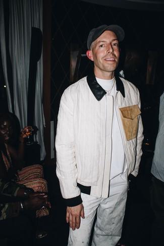 Как и с чем носить: белый бомбер, белая футболка с круглым вырезом, белые брюки чинос, темно-серая бейсболка