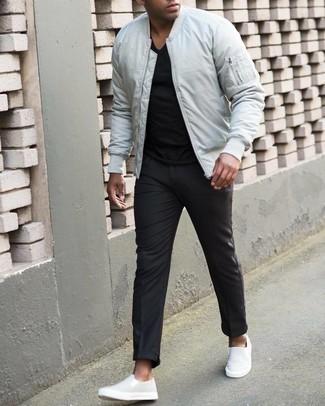 Мужские луки: Белый бомбер и черные брюки чинос — замечательный вариант для несложного, но модного мужского лука. Очень недурно здесь смотрятся белые слипоны из плотной ткани.