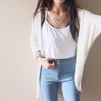 Как и с чем носить: белый вязаный открытый кардиган, белая майка, голубые джинсы скинни