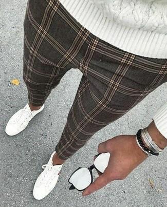 Как и с чем носить: белый вязаный свитер, серые брюки чинос в клетку, белые низкие кеды из плотной ткани, серебряный браслет