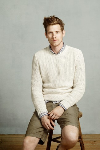 Как и с чем носить: белый вязаный свитер с круглым вырезом, серая рубашка с длинным рукавом в вертикальную полоску, оливковые шорты