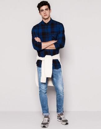 Как и с чем носить: белый вязаный свитер, темно-синяя рубашка с длинным рукавом в шотландскую клетку, синие джинсы, серые замшевые низкие кеды