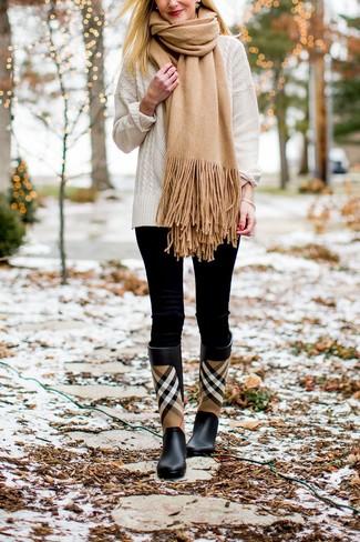 Как и с чем носить: белый вязаный свитер, черные леггинсы, черные резиновые сапоги в шотландскую клетку, светло-коричневый шарф