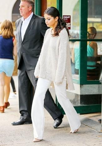 Как и с чем носить: белый вязаный свободный свитер, белые брюки-клеш, розовые кожаные туфли