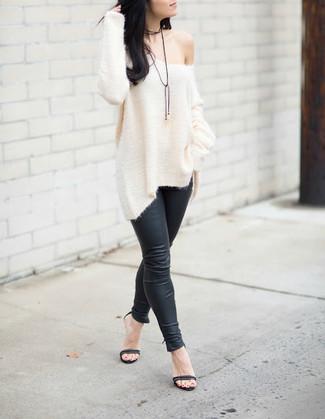Как и с чем носить: белый вязаный свободный свитер, черные кожаные леггинсы, черные кожаные босоножки на каблуке