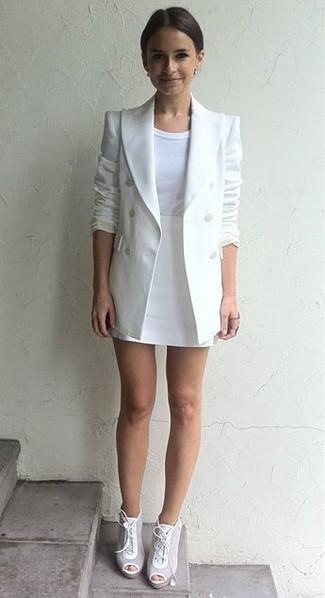 Как Miroslava Duma носит Белый двубортный пиджак, Белая футболка с круглым вырезом, Белая мини-юбка, Белые кожаные ботильоны на шнуровке