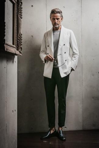Как и с чем носить: белый двубортный пиджак, серый свитер с круглым вырезом, темно-зеленые классические брюки, темно-зеленые кожаные лоферы
