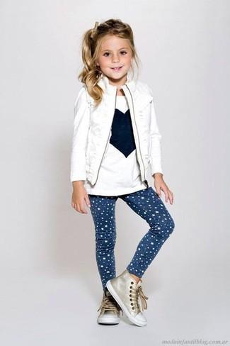 Модный лук: белый жилет, белая футболка с длинным рукавом с принтом, темно-синие леггинсы со звездами, золотые кеды