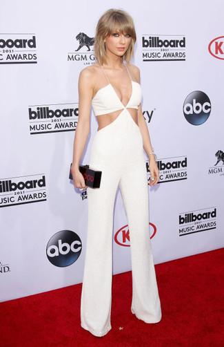 Как Taylor Swift носит Белый комбинезон с вырезом, Черный клатч с принтом