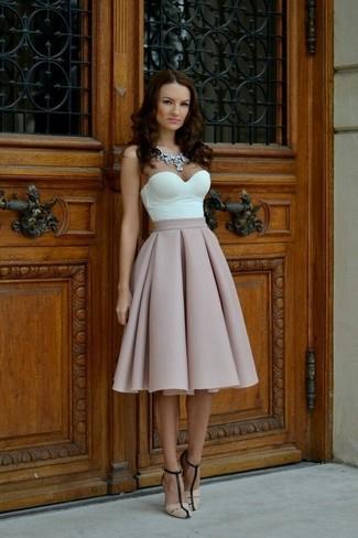 Как и с чем носить: белый корсет, розовая пышная юбка, бежевые кожаные босоножки на каблуке, прозрачное колье