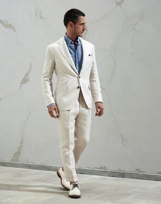 С чем носить голубую классическую рубашку мужчине: Несмотря на то, что это классический ансамбль, сочетание голубой классической рубашки и белого костюма всегда будет выбором стильных молодых людей, пленяя при этом дамские сердца. Такой ансамбль несложно приспособить к повседневным нуждам, если закончить его белыми туфлями дерби из плотной ткани.