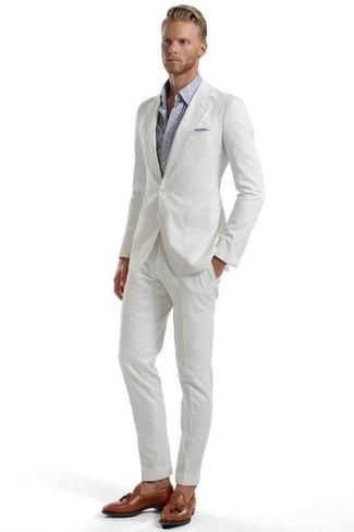 """Как и с чем носить: белый костюм из жатого хлопка, серая рубашка с длинным рукавом с """"огурцами"""", коричневые кожаные лоферы с кисточками, серый нагрудный платок"""