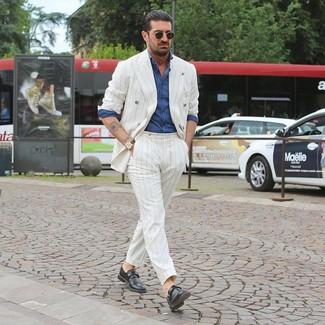 Белый костюм в вертикальную полоску: с чем носить и как сочетать: Лук из белого костюма в вертикальную полоску и синей рубашки с длинным рукавом из шамбре подойдет и для офиса, и для веселого вечера с друзьями. Думаешь сделать лук немного элегантнее? Тогда в качестве обуви к этому ансамблю, стоит обратить внимание на черные кожаные монки.