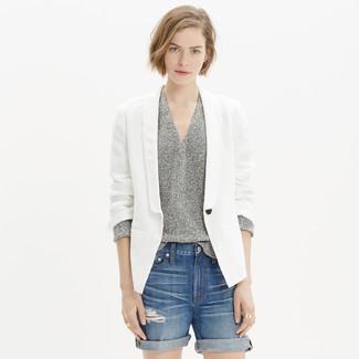 Как и с чем носить: белый льняной пиджак, серый свитер с v-образным вырезом, синие джинсовые рваные шорты