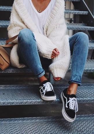 Как и с чем носить: белый вязаный открытый кардиган, белая футболка с v-образным вырезом, черно-белые низкие кеды из плотной ткани, светло-коричневая кожаная сумка через плечо