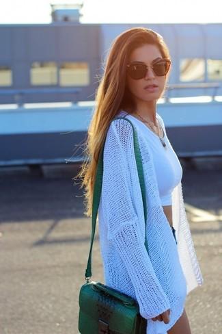 Как и с чем носить: белый вязаный открытый кардиган, белый укороченный топ, синие джинсовые шорты, зеленая кожаная сумка через плечо