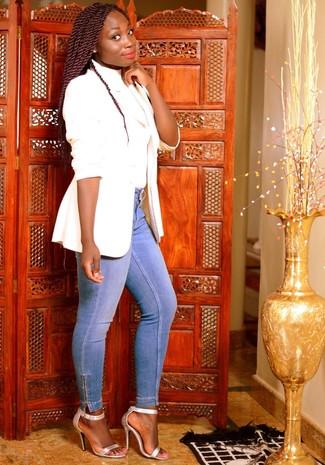 Как и с чем носить: белый пиджак, белая водолазка, голубые джинсы скинни, серебряные кожаные босоножки на каблуке