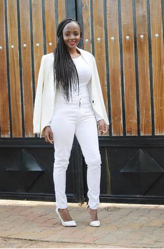 Как и с чем носить: белый пиджак, белая футболка с длинным рукавом, белые джинсы скинни, белые кожаные туфли