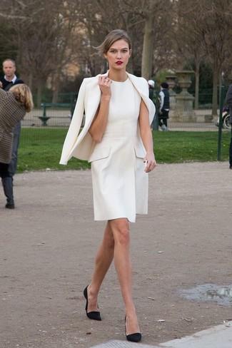 Белое платье синие туфли