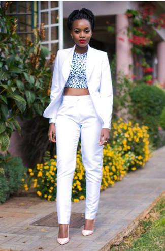 Как и с чем носить: белый пиджак, бело-черный укороченный топ с леопардовым принтом, белые классические брюки, розовые кожаные туфли