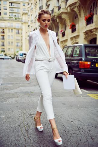 Как и с чем носить: белый пиджак, белый комбинезон, белые кожаные босоножки на каблуке, белый кожаный ремень