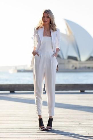 Модный лук: Белый пиджак, Белый комбинезон, Черные кожаные босоножки на каблуке