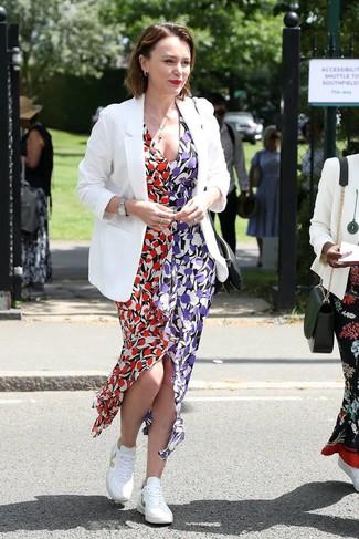Белые низкие кеды: с чем носить и как сочетать женщине: Если ты считаешь себя одной из тех леди, способных неплохо ориентироваться в трендах, тебе понравится ансамбль из белого пиджака и разноцветного платья-макси с цветочным принтом. Закончив образ белыми низкими кедами, можно привнести в него немного динамичности.