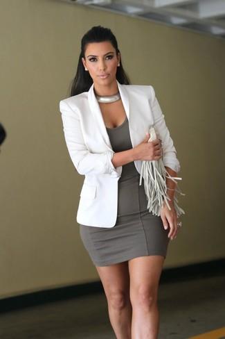 Как Kim Kardashian носит Белый пиджак, Серое облегающее платье, Белый кожаный клатч c бахромой, Серебряное колье