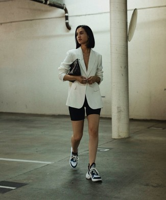 Как и с чем носить: белый пиджак, черные велосипедки, черно-белые кроссовки, черный кожаный клатч