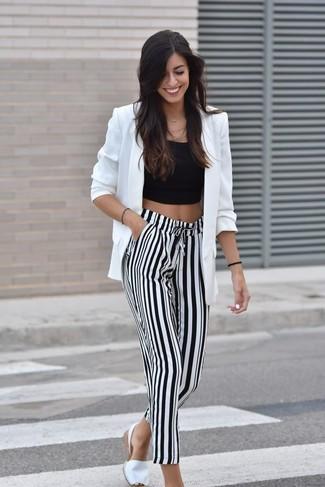 Как и с чем носить: белый пиджак, черный укороченный топ, бело-черные широкие брюки в вертикальную полоску, белые эспадрильи