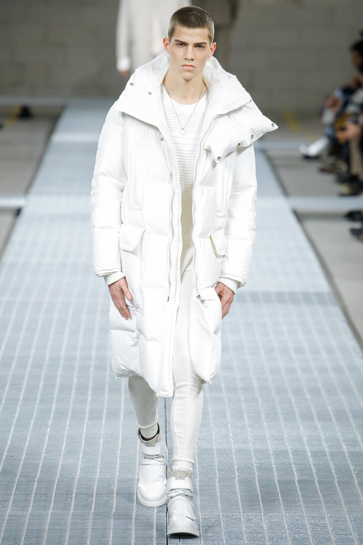 012275d3 Как и с чем носить: белый пуховик, белый свитер с круглым вырезом, белые