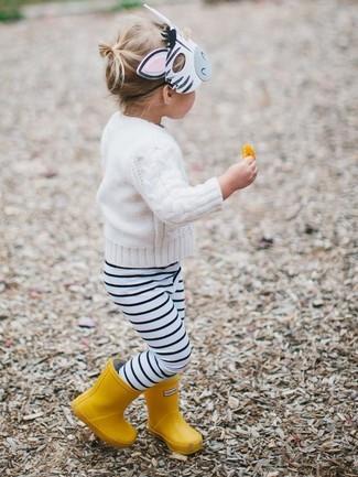 Как и с чем носить: белый свитер, бело-черные леггинсы в горизонтальную полоску, желтые резиновые сапоги