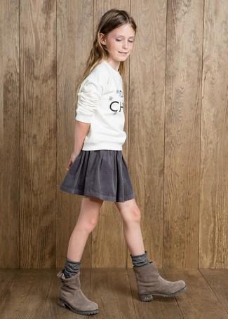 Как и с чем носить: белый свитер с принтом, серая юбка, серые замшевые ботинки, серые носки