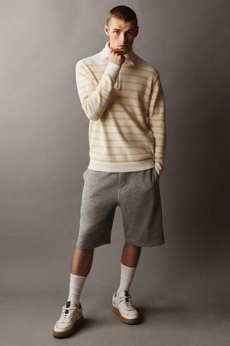 С чем носить белый свитер с воротником поло в горизонтальную полоску мужчине: Тандем белого свитера с воротником поло в горизонтальную полоску и серых спортивных шорт поможет создать необыденный мужской образ в стиле casual. Вкупе с этим ансамблем великолепно будут выглядеть белые кожаные низкие кеды.