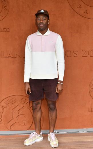 Как и с чем носить: белый свитер с воротником поло, темно-пурпурные вельветовые шорты, розовые кроссовки, темно-коричневая бейсболка