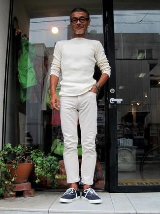 Как и с чем носить: белый свитер с круглым вырезом, белые брюки чинос, темно-синие низкие кеды из плотной ткани, темно-зеленые часы
