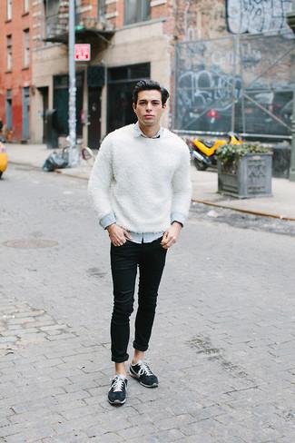 Как и с чем носить: белый свитер с круглым вырезом, голубая джинсовая рубашка, черные зауженные джинсы, темно-синие низкие кеды