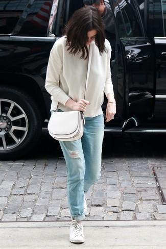 Как и с чем носить: белый свитер с круглым вырезом, голубые рваные джинсы-бойфренды, белые низкие кеды, белая кожаная сумка через плечо