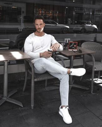 Как и с чем носить: белый свитер с круглым вырезом, голубые зауженные джинсы, белые низкие кеды, серебряный браслет