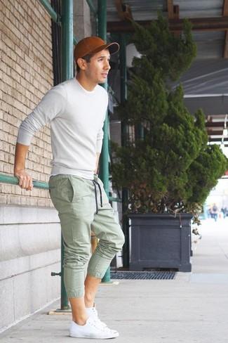 Как и с чем носить: белый свитер с круглым вырезом, зеленые спортивные штаны, белые низкие кеды, коричневая кожаная бейсболка