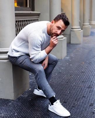 Как и с чем носить: белый вязаный свитер с круглым вырезом, серые шерстяные классические брюки в вертикальную полоску, белые кожаные низкие кеды, черные носки