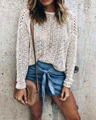 Как и с чем носить: белый свитер с круглым вырезом крючком, синие джинсовые шорты, коричневая кожаная сумка через плечо, золотая подвеска