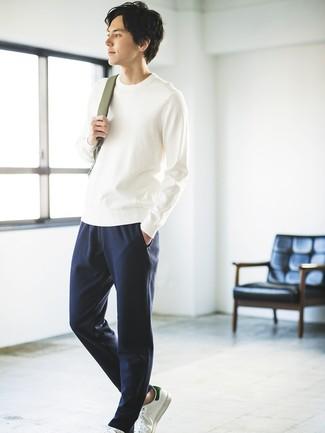 Как и с чем носить: белый свитер с круглым вырезом, темно-синие спортивные штаны, белые кожаные низкие кеды, оливковый рюкзак